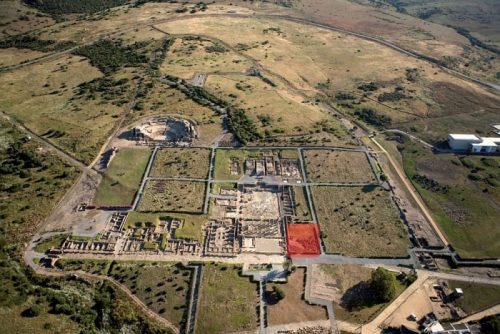 Fig. 1. Vue aérienne du site de Baelo Claudia, depuis le sud. En rouge, la zone d'intervention (Cliché: Consejería de Cultura, Junta de Andalucía).