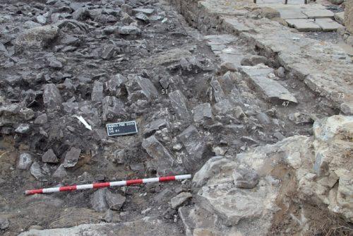 Fig. 5. Le versement vers l'est du mur séparant la parcelle de la ruelle menant au forum, au nord-ouest du secteur 2 (cliché: B. Goffaux).