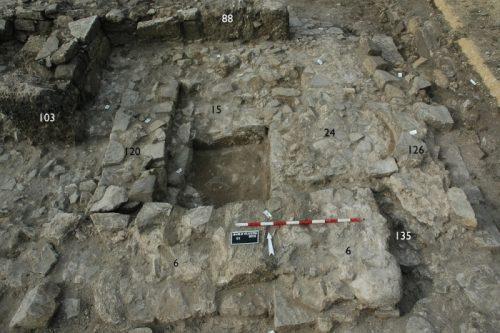 Fig. 5. Mur nord de l'édifice IV (US 6) construit sur les vestiges de l'édifice II. Secteur 1 vu du sud-est (Cliché L. Brassous).