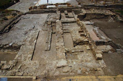 Fig. 4. Vue générale depuis l'ouest des vestiges découverts en 2014, avec au premier plan le monument aux murs massifs (Cliché L.Brassous/O.Rodríguez).