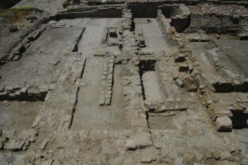 Fig. 4. Vue générale depuis l'est des vestiges découverts en 2015, avec au premier plan la pièce aux murs podiums et au second plan l'atrium. Secteur 2 (cliché L.Brassous/O.Rodríguez).