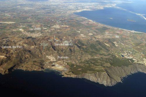 Fig. 1. Vue aérienne de la Sierra minera de Cartagena-La Unión, avec situation du Cabezo del Pino, cadre des recherches archéologiques en cours.