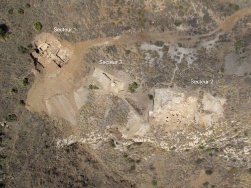 Fig. 2. Vue aérienne verticale des trois secteurs de fouille sur le flanc est du Cabezo del Pino (fin de la campagne 2012). Photo : Aerograph Studio.