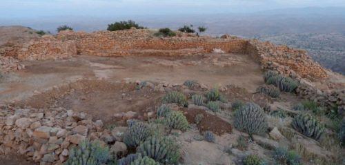 Fig. 5. La façade occidentale de la zone de commandement de la Qasba, vue de l'ouest. La façade, contre laquelle s'appuie une longue banquette destinée à accueillir les visiteurs avant qu'ils ne soient autorisés à entrer dans la Qasba, est encadrée par deux tours: à gauche, le massif d'entrée; à droite, la tour sud-ouest, dont l'accès a été dégagé cette année.