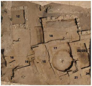 Fig. 2. Vue aérienne de l'Ensemble 5 en fin de campagne 2014. Architecture de briques crues de l'îlot maurétanien au sud et murs en pierre d'époque romaine au nord (S.Sanz).