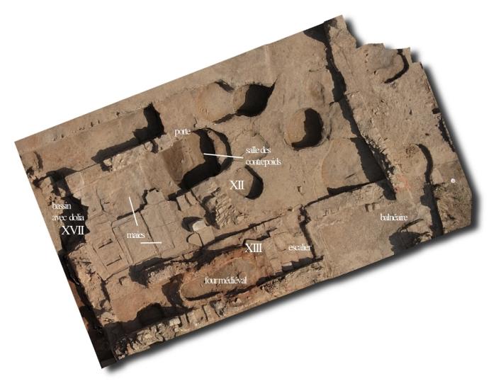 Fig. 4. Vue aérienne de la partie nord de l'Ensemble 1. Installation artisanale et thermes antiques, perforés au Moyen Âge par des fosses et un four de potier (S.Sanz).