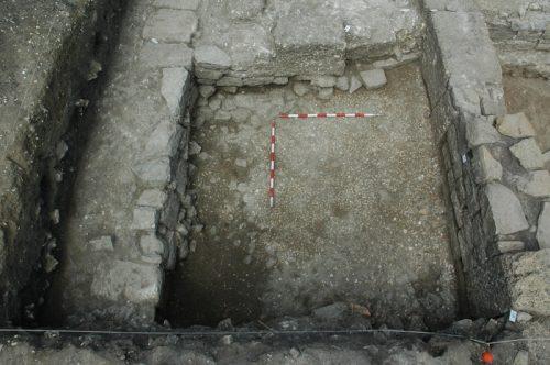 Fig.5. — Secteur S3a: vue du trottoir à portique depuis l'est. À gauche, le mur méridional du trottoir; à droite, l'ouverture bouchée de la boutique B (cliché O.Rodríguez)