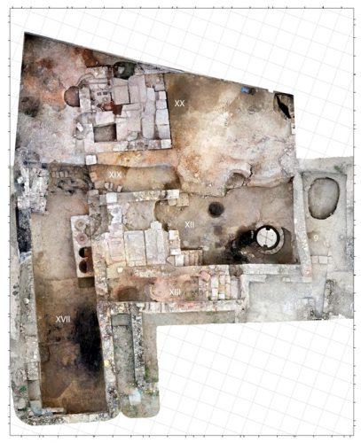 Fig.3. — Vue générale des installations artisanales de l'Ensemble 1 avec les deux aires de presse au centre (Ch.Carrato, S.Sanz)