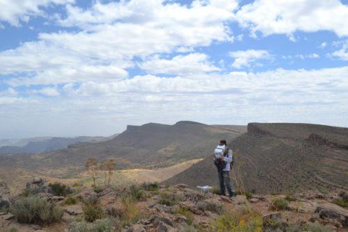 Fig. 5- Prospection aérienne par drone (piloté par R. Schwerdtner, topographe de la mission) dans la combe de hauteur de l'Adrar, à quelques kilomètres du site d'Igîlîz.